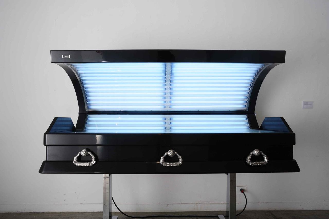 table de bronzage en forme de cercueil. Black Bedroom Furniture Sets. Home Design Ideas